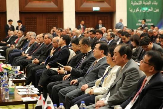 한화건설 이근포 대표이사(앞줄 오른쪽에서 4번째) 가 '한-이라크 경제포럼'에 참석해 이라크 관계자들의 발표를 듣고 있다.