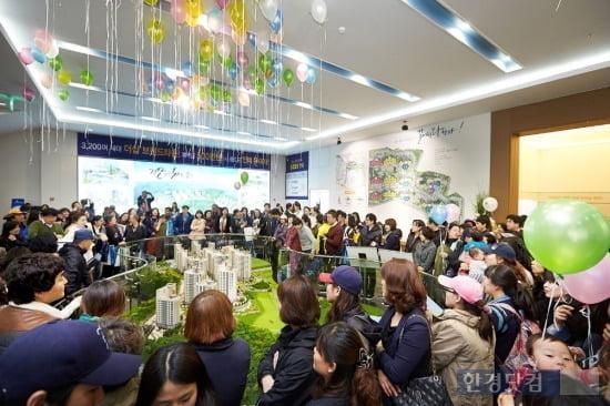 지난 12일 모델하우스를 오픈하고 분양에 나선 '아산 더샵 레이크시티'는 모델하우스 오픈 후 첫 주말까지 총 1만5450여 명이 방문해 성황을 이뤘다. (자료 포스코건설)