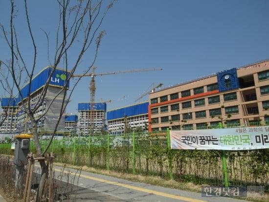 2012년 개교한 한빛초등학교 옆으로 인천서창2보금자리의 6블록 아파트가 공사를 진행중이다. 사진=김하나 기자
