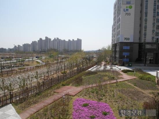 인천서창2보금자리 7블록 아파트의 2층에서 내다본 전망. 단지 옆 수변공원이 소래습지생태공원과 연결된다. 사진=김하나 기자
