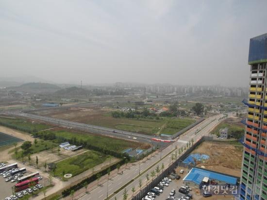 공사중인 미사 강변지구 전경. 지구의 끝편으로 서울 강일지구가 보인다.