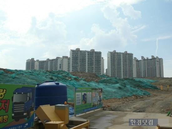 대구 대현 3지구 LH아파트 공사현장. 공사현장 뒤로 이미 조성된 대현1,2지구가 보인다.