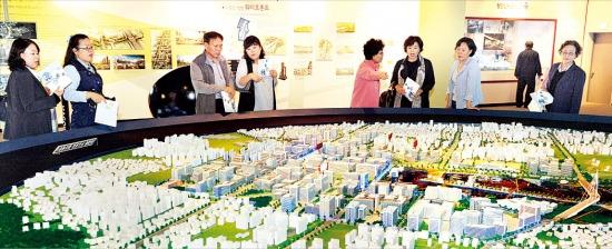 SH공사가 서울 가양동 마곡지구에 마련한 주택홍보관을 찾은 사람들이 '마곡지구 모형'을 둘러보고 있다. 강은구 기자 egkang@hankyung.com