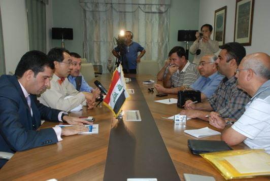 한화건설 김철훈 상무(왼쪽에서 두번째)와 이라크 NIC의 압둘 자바르(Dr. Abduljabbar) 법무팀장(왼쪽 첫번째)이 이라크 기자들을 상대로 특별시행령 통과에 대한 의미를 설명하고 있다.