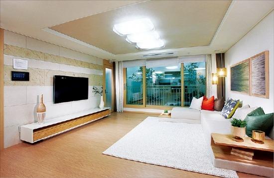 삼성물산이 오는 28일 분양예정인 '래미안 부천 중동'의 전용84㎡ 아파트 거실. /삼성물산 제공