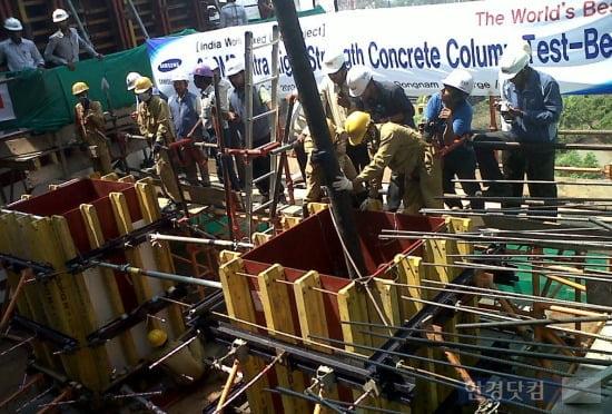 삼성물산이 지난 3월 인도 초고층 월리(Worli)타워 현장에  200MPa 초고강도 콘크리트를 타설하고 있다. (자료 삼성물산)