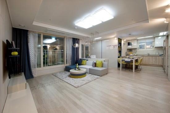 전용 74㎡ 거실과 주방의 모습.