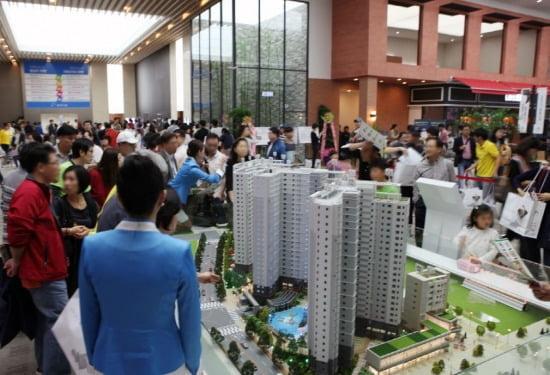 모처럼 달궈진 내집 마련 열기에 실수요자들이 아파트 분양 현장을 찾고 있다. 사진은 '송파 와이즈더샵' 모델하우스 현장.
