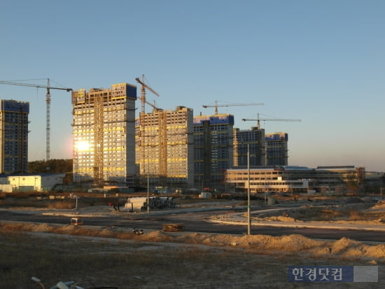 충북혁신도시 공사현장. 작년 6월에 분양한 B1블록 아파트(왼쪽)와 초등학교가 공사중이다.