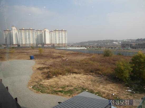 '경산 푸르지오' 모델하우스에서 바라본 신대부적택지개발지구. 부영아파트가 조성되어 있고 공터에는 아파트가 들어설 예정이다.