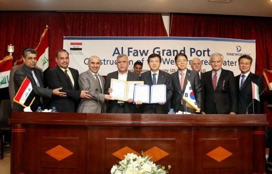 11월 25일 이라크 바그다드에서 알 포우(Al Faw)항만공사 계약식을 마치고 기념촬영을 하고 있다. (왼쪽부터) 발주처인 GCPI PD 아싸드, GCPI 의장 오므란 바드히, 이라크 교통부차관 벤킨 리카니, 이라크 교통부장관 하디알 아미리, 대우건설 박영식 사장, 주이라크 김현명 대사, 감리회사 테크니탈 알베로토 스코티 사장, 대우건설 홍기표 해외영업본부장