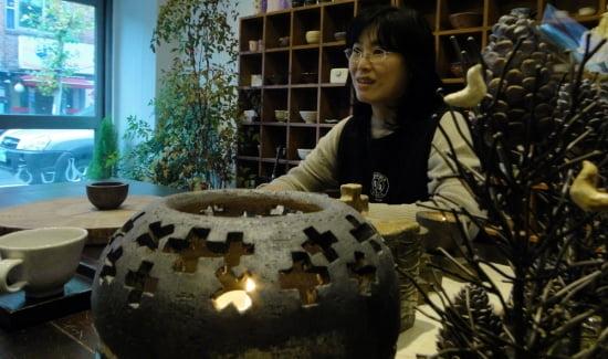 경기도 의왕시에 있는 작업실에서 전시회 계획을 설명하고 있는 김미숙 작가.