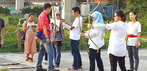 난지한강공원에 있는 난지국궁장에서 외국인 관광객들이 국궁쏘기 체험을 하고 있다.