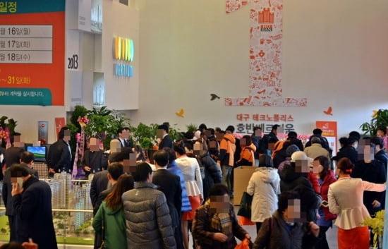 '대구 테크노폴리스 호반베르디움'의 모델하우스에는 첫날부터 관람객들로 붐볐다.