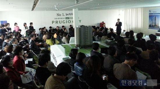 지난해 열린 강남 수익형 부동산 설명회에 모인 예비투자자들. (자료 한경DB)