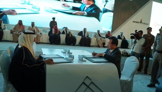 한화건설 이근포 대표이사가 현지시간으로 지난 5일 사우디 북부 Umm Wu'al Project(움 우알 프로젝트) 현장에서 마덴(Ma'aden)社 CEO 칼리드 빈 살레 알 무다이퍼(Khalid bin Saleh Al-Mudaifer)와 함께 인산생산 화공플랜트 공사계약서에 서명하고 있다.
