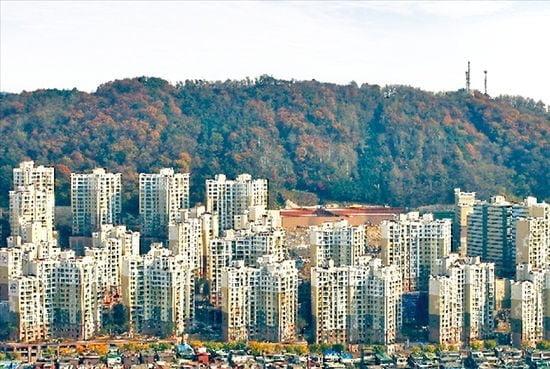 <사진=추가 부담금 납부를 놓고 일부 조합원간 의견이 엇갈려 있는 재개발 아파트 단지인 백련산 힐스테이트 전경.>