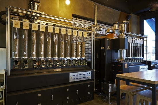 역삼점에 설치된 커피로스팅자동화시스템(OCS) 모습.