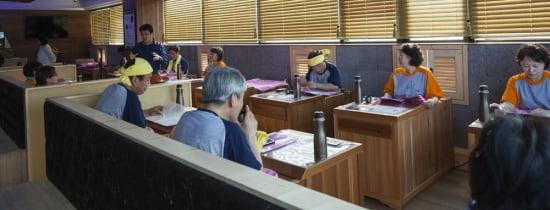 레이탐 원적외선 반신욕기 안에서 관리 받는 모습.