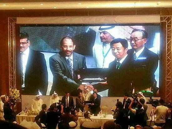 (사진설명) 지난 13일 쿠웨이트 KNPC 본사에서 열린 CFP 계약식에서 임병용 GS건설 사장(스크린 화면 오른쪽 두 번째)과 모하메드 가지 무타이리 KNPC CEO (스크린 화면 왼쪽 두 번째) 가 계약 체결 후 악수를 나누고 있다.