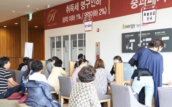 '목동 힐스테이트' 모델하우스에서 상담을 받고 있는 방문객들의 모습. <사진제공=현대건설>