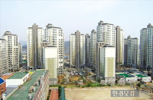 초등학교와 인접한 아파트 단지(한경DB)