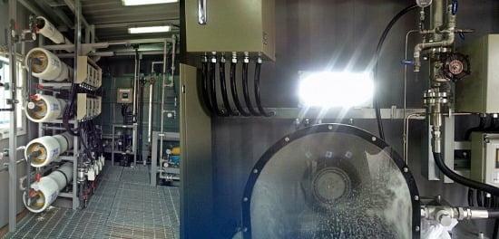 GS건설 연구팀이 2만ℓ 규모의 연구용 SWRO-PRO 해수담수 파일럿 플랜트에서 200W가량의 전기를 생산해 전등을 밝히고 있다. GS건설 제공