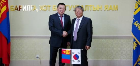 기술평가 협력사업을 협의한 후 기념촬영에 나선 송재빈 KCL원장(오른쪽)과 몽골 건설도시개발부 바야르사이칸 장관.