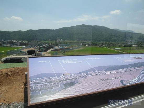 전망대에서 바라본 공사현장, 광주역과 연결도로들이 눈에 띈다. (사진=김하나 기자)
