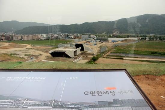 'e편한세상 광주역' 전망대에서 바라본 광주역사 공사 현장 모습