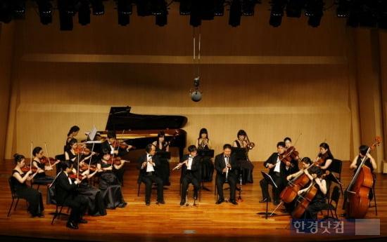 하트시각장애인 체임버오케스트라 연주장면.
