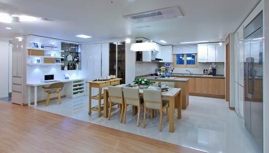 거실의 개방감과 여유로운 주방 설계를 위해 방 대신 대형 펜트리와 맘스룸 공간으로 꾸민 96A㎡타입의 주방. (GS건설 제공)