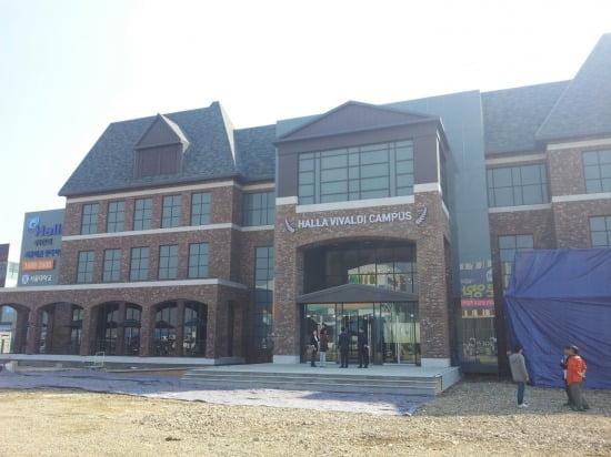 대학교 캠퍼스처럼 꾸며진 시흥배곧 한라 비발디 캠퍼스의 모델하우스 모습