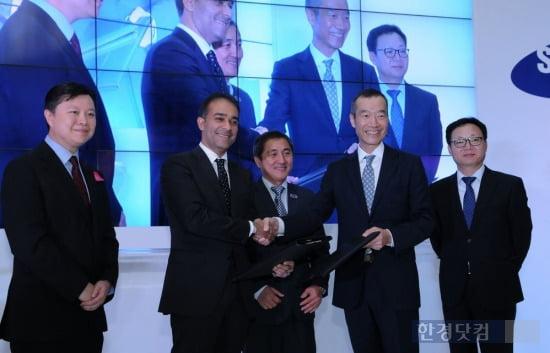 18일 말레이시아 스타 레지던스 현장에서 열린 기공식에서 탄 스리 아즈만 야햐(Tan Sri Azman Yahya) 알파인 리턴 회장 겸 심포니라이프 회장(왼쪽에서 두 번째), 삼성물산 최치훈 사장(왼쪽에서 네 번째)이 계약서를 교환하고 악수하고 있다.