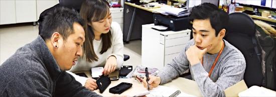슈피겐코리아 디자이너들이 서울 가산동 본사에서 제품 디자인에 대해 토론하고 있다. 슈피겐코리아 제공