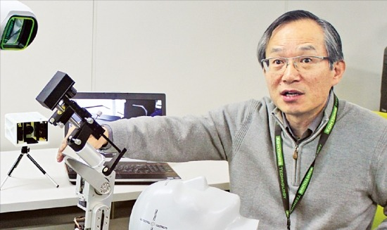고광일 고영테크놀러지 사장이 서울 가산동 본사에서 뇌수술 로봇 개발과정을 설명하고 있다. 김낙훈 기자