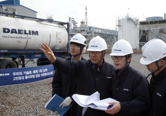 대림산업 직원들이 여수 PB공장에서 증설공장 현장을 확인하고 있다. 사진제공=대림산업