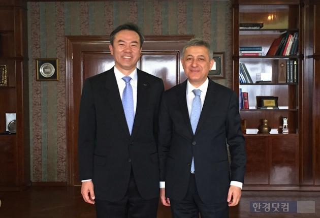유재훈 한국예탁결제원 사장(왼쪽)과 바흐디틴 에르타쉬 터키 금융위원장. / 사진제공= 예탁원