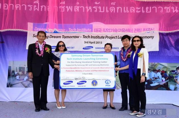 삼성물산 LPG터미널현장 박봉두 현장소장(오른쪽 2번째) 외 행사관계자들이 태국 청소년 기술교육센터를 들며 축하하고 있다. (사진=삼성물산 제공)