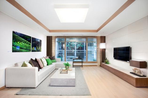 감계 힐스테이트 2차 견본주택의 전용 84㎡ 거실 모습.