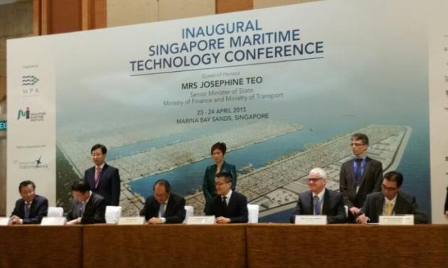 대림산업(맨 왼쪽 테이블), 싱가포르항만청(가운데), 벨기에 드레징 인터네셔널(오른쪽) 관계자들이 계약서에 서명하고 있다.