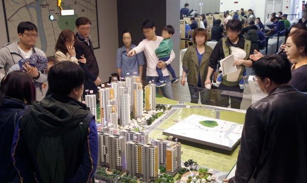 대림산업이 지난 24일 견본주택 문을 열자 관람객이 몰린 e편한세상 화랑대 모델하우스 모습.