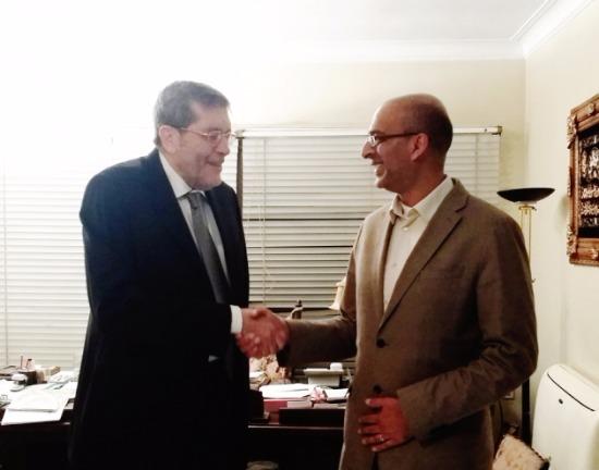 계약 체결 후 악수를 나누고 있는 아흐메드 헤랄 ILB 매니징 디렉터(왼쪽)와 페이즐 라헤르 정상제이엘에스 해외사업본부 수석팀장(오른쪽)./ 사진제공=정상제이엘에스