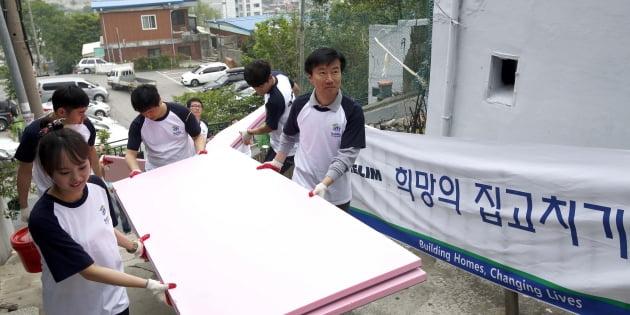 대림산업 김한기 사장(오른쪽 첫번째)이 봉사활동에 나선 직원들과 함께 자재를 운반하고 있다.