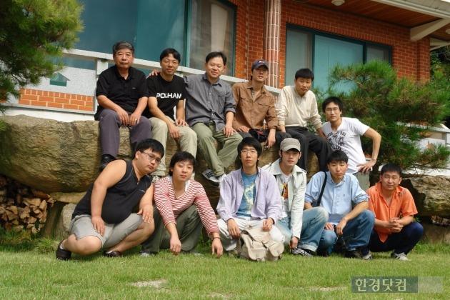 유테크 설립 초기 직원들과 함께 있는 유봉근 대표(윗줄 왼쪽에서 세번째). / 사진제공=유테크