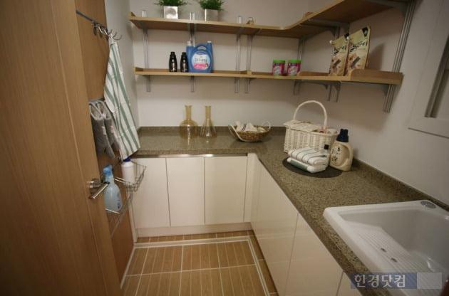 부천옥길자이의 전용 90㎡A에 조성되는 유틸리티 공간.  확장시에 주방과 연결되는 후면발코니에 설치된다.