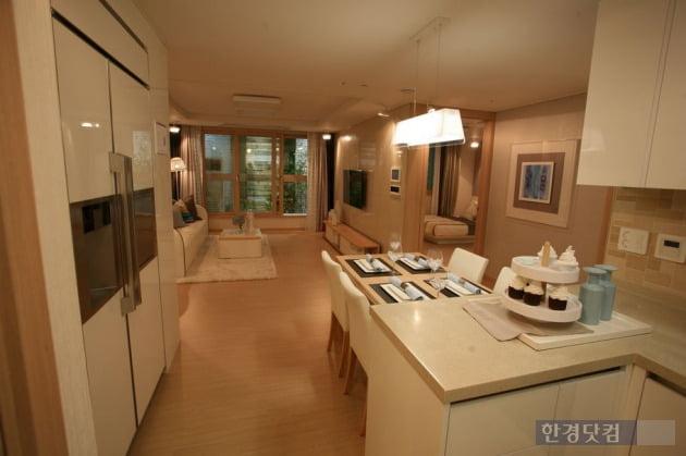 부천옥길자이 오피스텔인 전용 78㎡O의 거실 및 주방 전경.