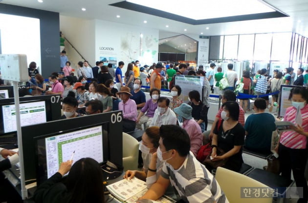 '기흥역 센트럴 푸르지오'의 모델하우스에서 관람객들이 마스크를 쓰고 상담을 받고 있다.