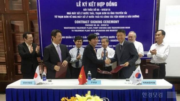 (왼쪽부터) 마코토 하토리 일본 Swing사 임원, 베트남 쩐 꾸억 카잉 발주처장, 한국 한신공영 문재근 베트남사무소장.
