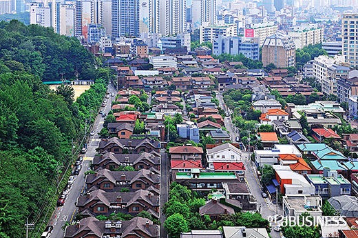전통 부촌으로 알려진 삼성동은 대모산의 기운과 재물을 뜻하는 물(江)이 감싸고도는 명당자리로 알려진다.